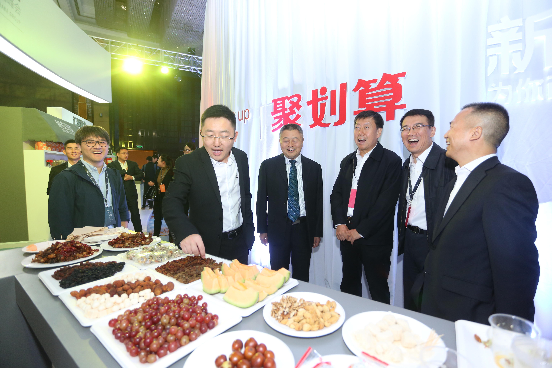 聚划算总经理刘博为参会嘉宾介绍美食-聚划算上线食令频道 将 舌尖上