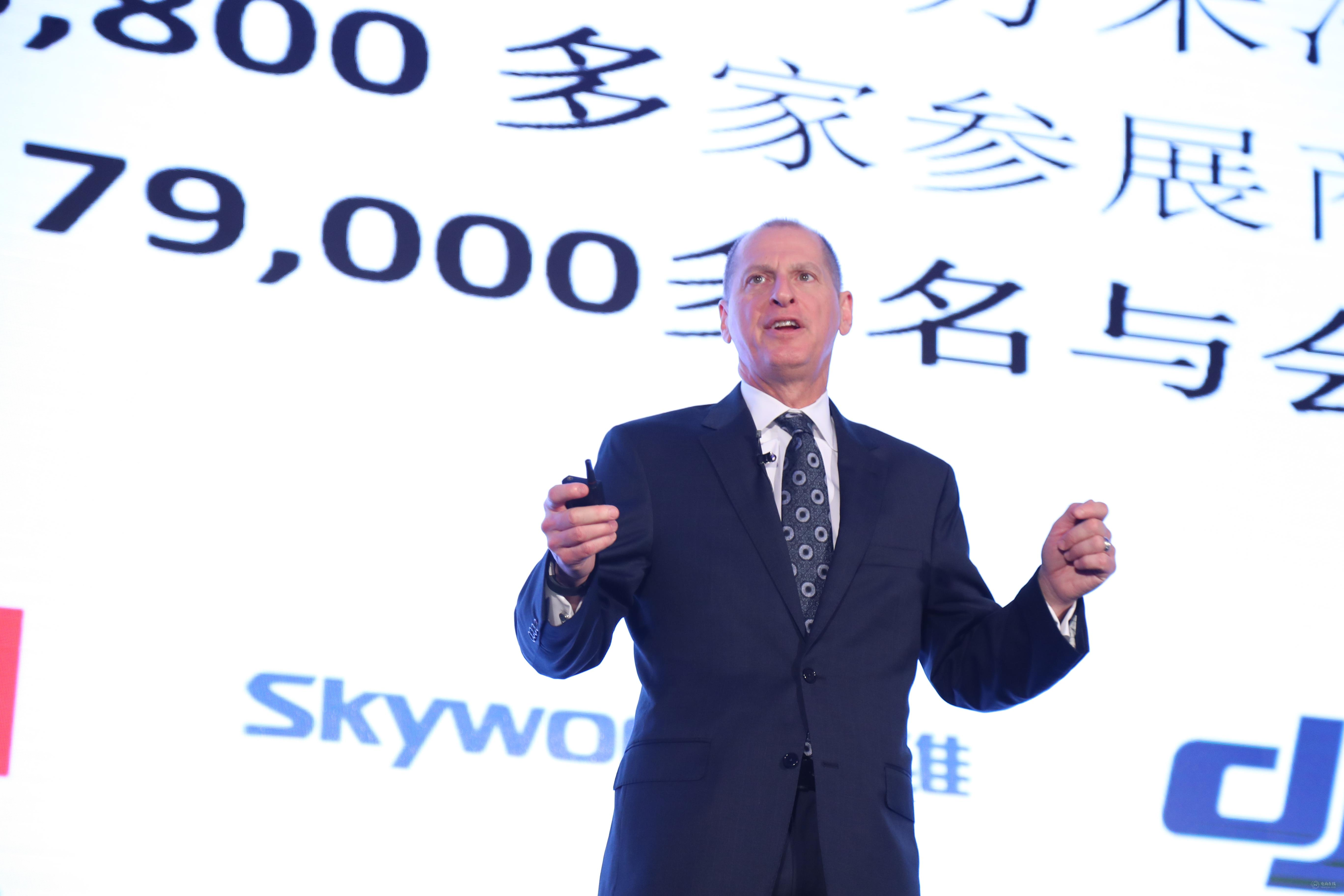 """11月3日,CTA总裁兼CEO Gary Shapiro在""""天猫双11全球创智生态峰会""""剧透明年的CES展将更加惊人.jpg"""