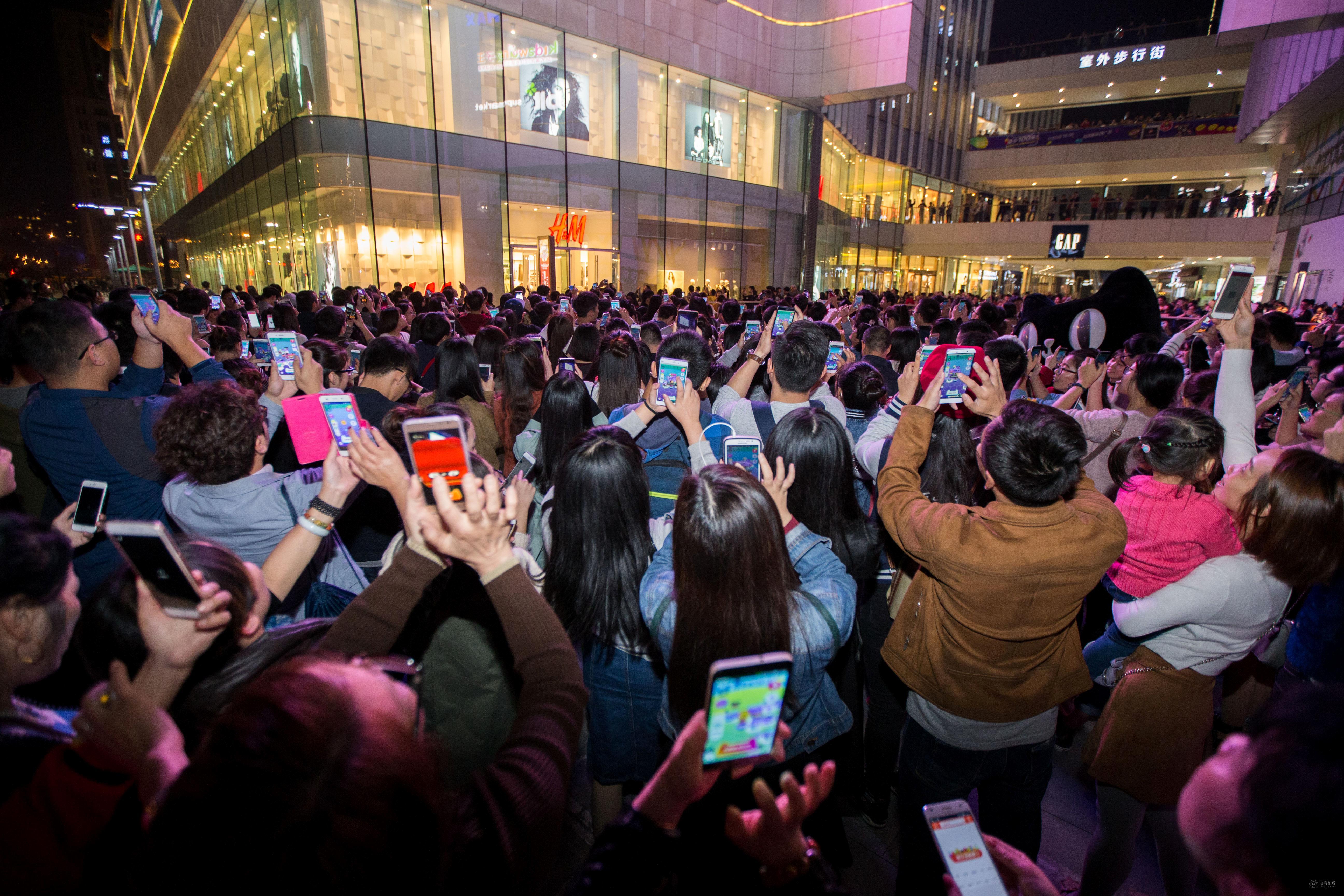 """11月5日,通过手机淘宝""""捉猫猫""""的AR互动游戏,也让数千消费者走上街头.jpeg"""