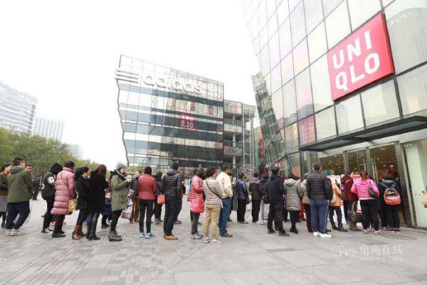 11月11日,新零售之下,400余家优衣库支持天猫下单、门店快速提货,让线上狂欢也延展到线下门店消费。.jpg