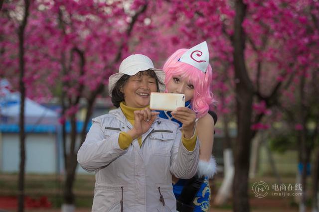 拍摄过程中,路过的阿姨特意跑来合影7_meitu_2